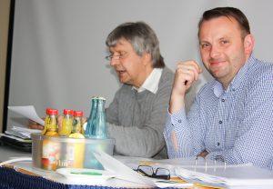 Zuchtwart Rainer Redel bei seinem Vortrag über die Entwicklung der Deutschen Schautaube, neben dem SV Vorsitzenden Marcus Duda